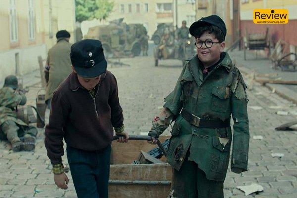 รีวิว JOJO Rabbit หนังตลกร้ายที่จะมาเสียดสีสงครามผ่านมุมมองของเด็ก รีวิวหนัง รีวิวหนังตลก รีวิวหนังสงคราม JOJORabbit